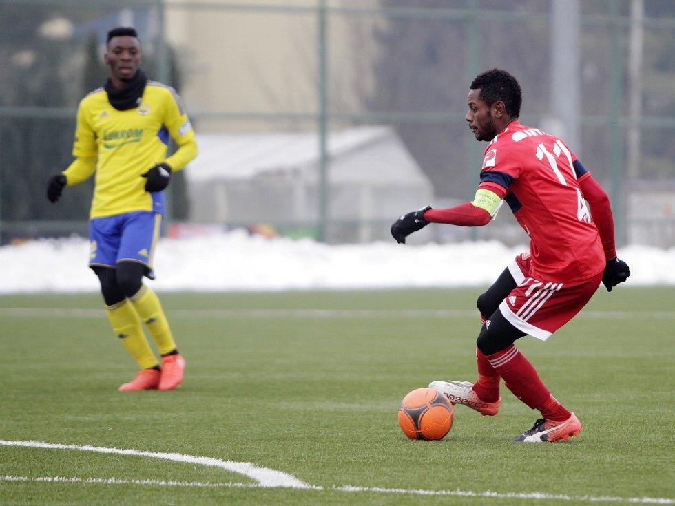 Olomoučtí fotbalisté porazili v přátelském zápase Zlín (ve žlutém) 3:1. Bidje Manzia (vpravo)