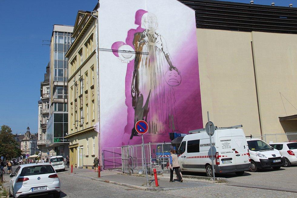 Na budově Moravského divadla v Olomouci vzniká velkoformátová malba od italského umělce Ozmo. Dílo zachycuje múzu tragédie Melpomené. 8. září 2021