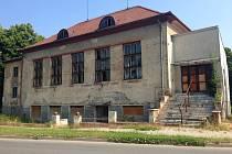 Dělnický dům v Olomouci-Černovíře, kdysi vyhledávaný stánek společenského života, roky chátrá. Současný majitel se jej chystá prodat a místní si od toho slibují změnu k lepšímu.