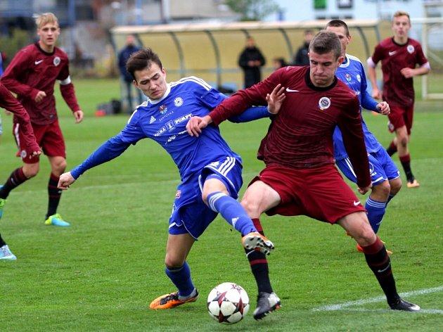 Juniorka Sigmy (v modrém) proti Spartě