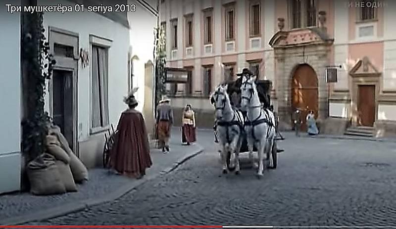 Screen z ruské minisérie - Tři mušketýři. Pohled na olomoucký Jezuitský konvikt