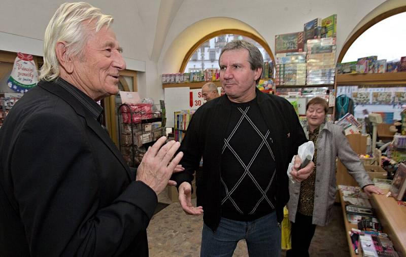 Jiří Kubíček (vpravo) a Karel Brückner na autogramiádě brankáře Martina Vaniaka v olomouckém knihkupectví v roce 2013