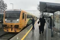 Modernizovaná železniční trať Olomouc - Šternberk. Zastávka Bohuňovice, 22. prosince 2020