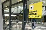 Ve dvou očkovacích centrech ve Fakultní nemocnici Olomouc dostávají lidé vakcínu proti Covidu-19. Pro první dávku si chodí do budovy II. interní kliniky - gastroenterologické a geriatrické - na snímku, 26. května 2021.