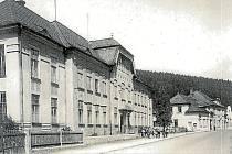 Základní škola Hlubočky Ves na hlavní ulici (dnes Olomoucká). V pozadí se nachází budova kina.