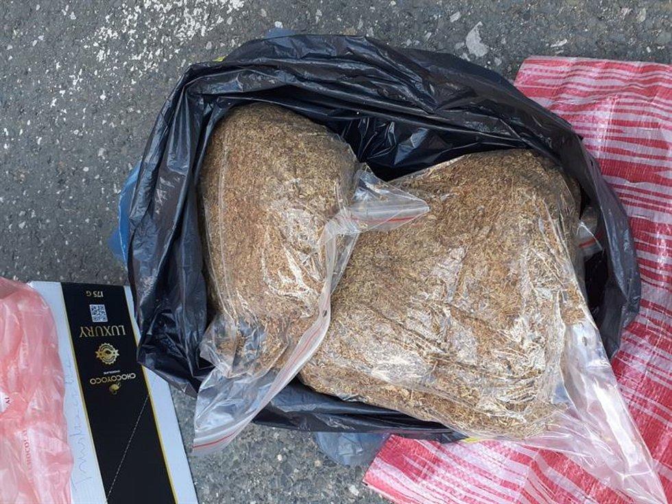 Seniorka vlakem převážela téměř dva kilogramy neznačeného řezaného tabáku