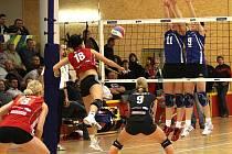 Volejbalistky Šternberka (v červeném) proti Olympu Praha