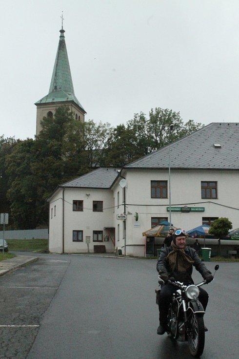 Bílý kámen - 1. září 2012: Bílého kamene se kromě nadšenců z řad cyklistů i pěších letos poprvé zúčastnily i historické vozy. Kvůli špatnému počasí jich vojenským areálem projela pouze hrstka.