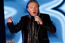 Karel Gott při koncertě na olomouckém zimním stadionu