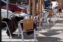 Stolky před kavárnou Trieste na Dolním náměstí