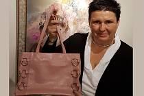 Menší růžovou kabelku letos věnuje do Kabelkového veletrhu Deníku olomoucká galeristka Bronislava Paučková. Tenhle módní kousek si před lety koupila právě na olomouckém kabelkovém veletrhu.