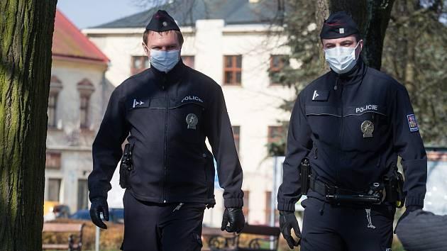 Bezdomovci bez roušek: žďárští strážníci jim je dávají ze svých zásob