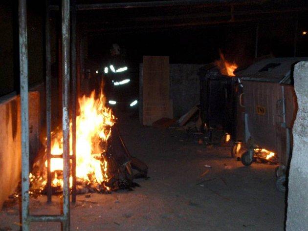 Noční požár kontejnerů v Olomouci, 15. května 2012