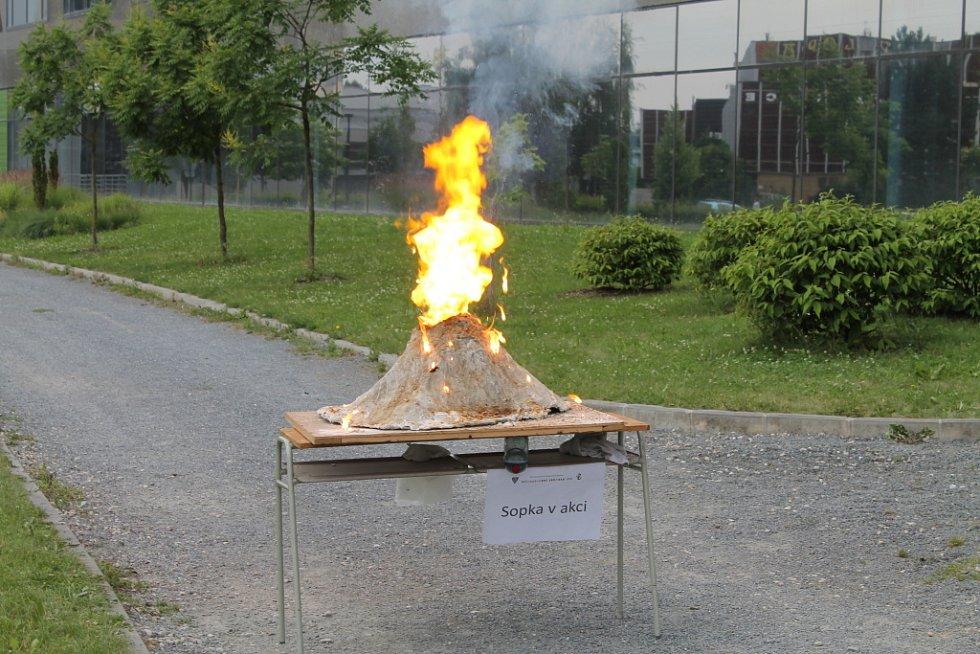 """Nejen děti v pátek a sobotu lákal Přírodovědný jarmark v prostorách Přírodovědné fakutly Univerzity Palackého v Olomouci. Návštěvníci se po oba dva dny seznamovali s různými """"kouzly"""" přírodních věd. Jarmark tak nabídl výbuch sopky, hrátky se statickou ele"""