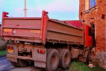 Nákladní tatra narazila do domu v uničovské místní části Renoty