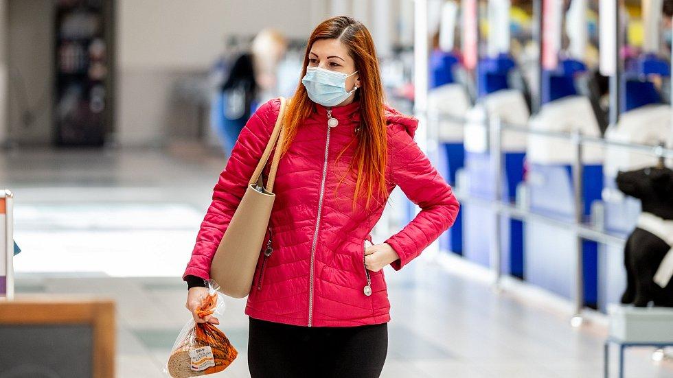 Lidé v celém Česku začali hojněji používat roušky a respirátory