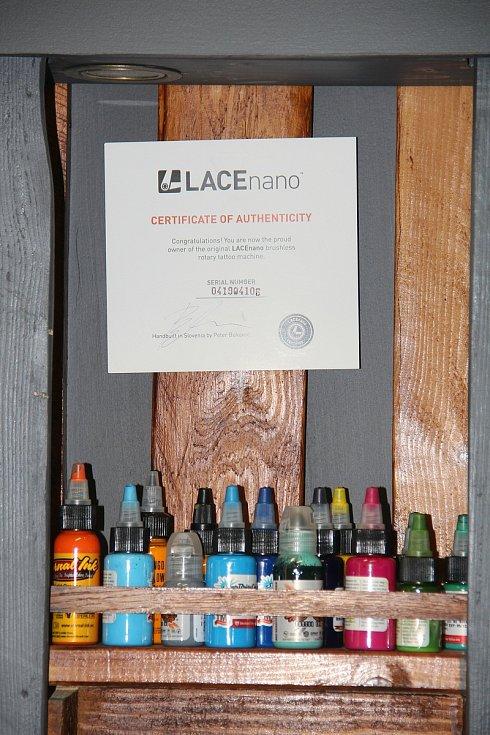 Klienti nejčastěji volní černou barvu tetování, na výběr ale mají spoustu barev a odstínů.