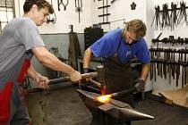 Umělečtí kováři pracují ve svých dílnách v extrémních podmínkách.