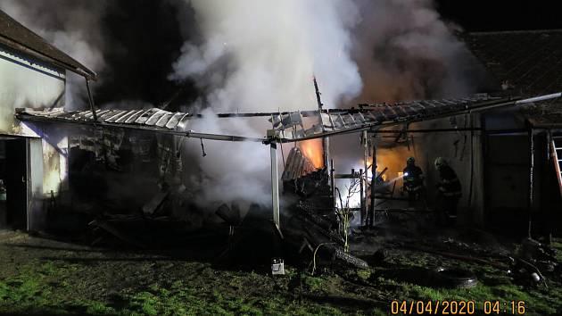 Ve Vilémově na Olomoucku v noci hořelo. Devět jednotek hasilo zemědělské stroje a stodolu.