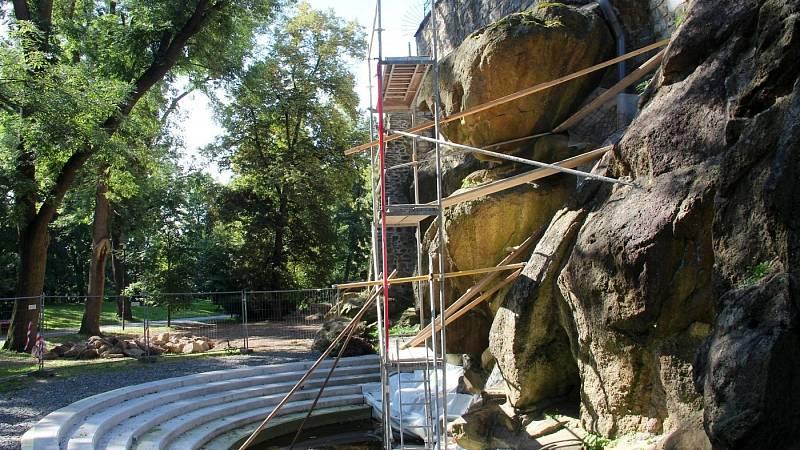 """Práce na """"zamaskování"""" přívodního potrubí na stavbě vodopádu v Bezručových sadech v Olomouci, 10. září 2021"""