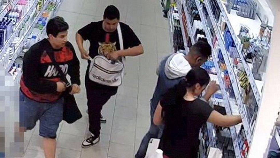 Parta zlodějů, která kradla drogistické zboží ve šternberském supermarketu 7.7.2019