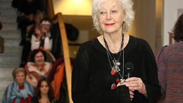 Herečka Květa Fialová věnovala na Kabelkový veletrh do Olomouce jednu ze svých oblíbených tašek.