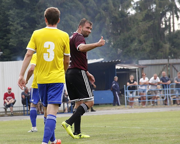 Fotbalisté Litovle (vtmavém) porazili Bohuňovice 2:1. Petr Dragon