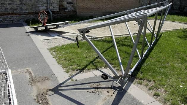 Kovová konstrukce spadla na pískoviště, kde si hrály děti.