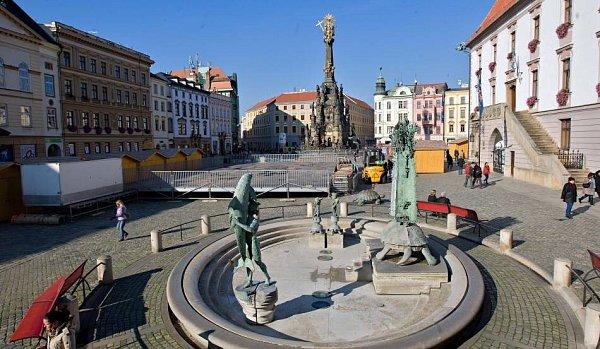 Na olomouckém Horním náměstí staví kluziště