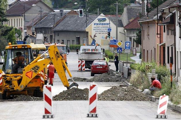 Opravy silnic komplikují dopravní situaci v regionu.