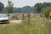Teplé letní počasí lákalo v sobotu k vodě, stovky lidí tak například zamířily do pískovny u Nákla na Olomoucku.