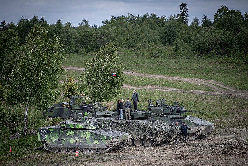 (zleva) bojová vozidla CV90, Lynx KF41 a ASCOD na mediálním dnu při testování bojových vozidel pěchoty (BVP) z tendru pro českou armádu ve vojenském prostoru Libavá, 27. května 2021.