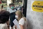 V olomouckém nákupním centru Galerie Šantovka v úterý v 9:00 zahájilo provoz očkovací místo bez předchozí registrace. Na injekci před 9. hodinou čekalo několik desítek lidí, 27. července 2021