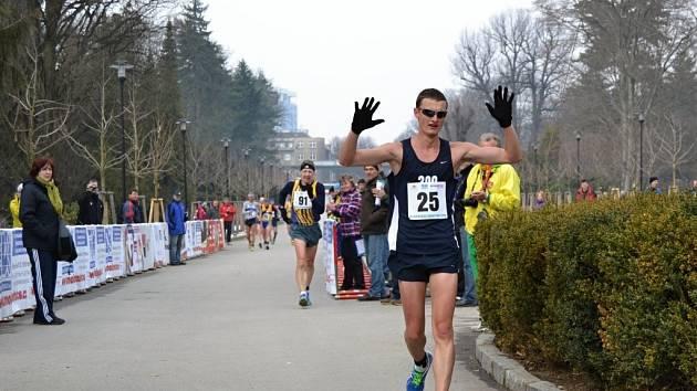 Olomoucká dvacítka - vítěz závodu na 20 km Tomala z Polska dochází do cíle v novém traťovém rekordu