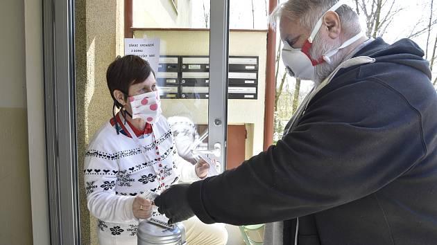 Vedoucí olomoucké restaurace Avion Lubomír Kadlec při rozvozu jídla do pečovatelské služby, březen 2020
