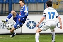 Tomáš Janotka si zpracovává míč.
