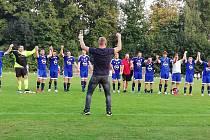 Fotbalisté Tovačova (v modrém) porazili Želatovice B.