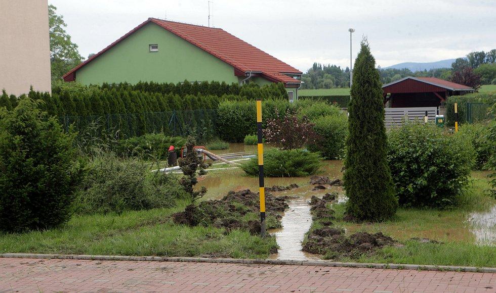 V Brníčku, místní části Uničova ohrožovala odpoledne ( 8.6.2020 ) voda rodinné domy. Zásah hasičů uzavřel silnici Uničov - Šternberk.
