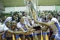 Prostějovské volejbalistky (v bílém) zvítězili ve finále proti Olomouci a slaví extraligový titul