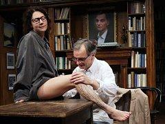 Martha Issová a Ondřej Trojan v představení Dejvického divadla Vzkříšení