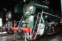 V popředí parní lokomotiva Rosnička, za ní Kremák. Železniční muzeum v Olomouci