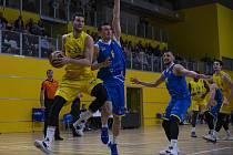 Basketbalisté Olomoucka (ve žlutém) podlehli v Čajkaréně Opavě 70:86.