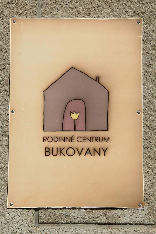 Bukovany. Rodinné centrum sídlí v přízemí bývalé školy.