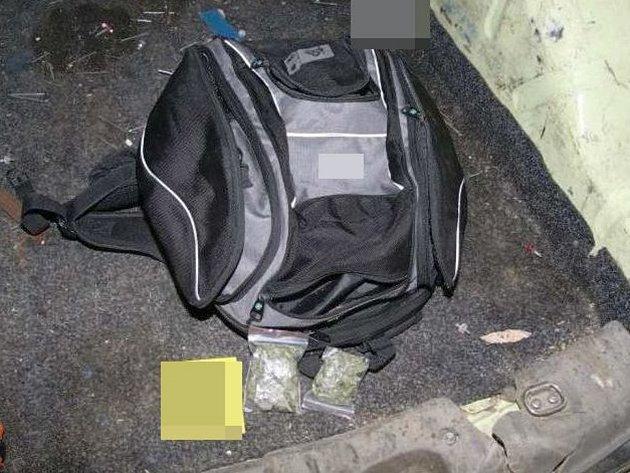 Drogy, které objevili olomoučtí kriminalisté u šestadvacetiletého mladíka