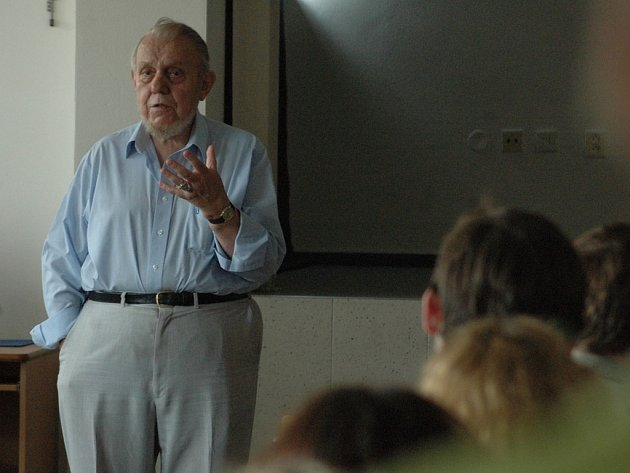 Erazim Kohák při diskuzi.