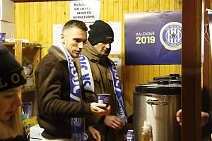 Fotbalisté Sigmy prodávali punč pro Dobré místo pro život.Šimon Falta a3375b82fbf