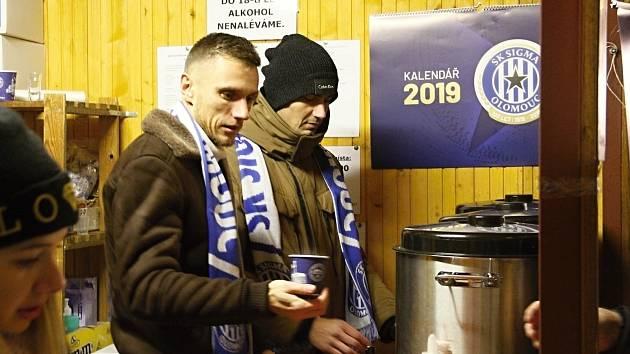 Fotbalisté Sigmy prodávali punč pro Dobré místo pro život.Šimon Falta, Pavel Dvořák