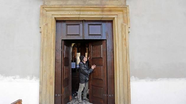 Opravené dveře kostela Zvěstování Pany Marie na Dolním náměstí v Olomouci