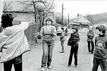 Místní mládež se nejraději scházela v prostoru před kapličkou, kde hrála hry, nejčastěji oblíbenou vybíjenou.