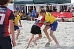 Rugbyové zápasy v písku se v sobotu i neděli hrály na Horním náměstí v Olomouci.